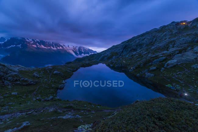 France, Mont Blanc, Lac Cheserys, montagne et lac à l'heure bleue — Photo de stock