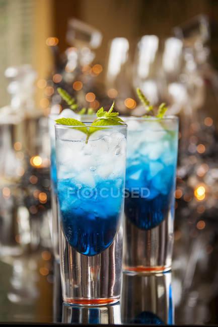 Freschi cocktail con liquore curacao blu — Foto stock