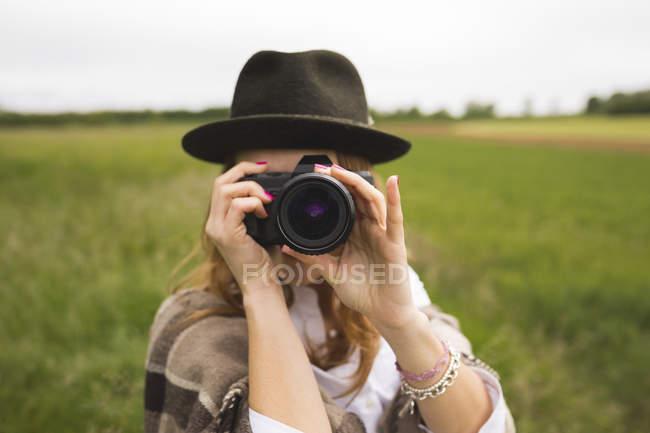 Жінка беручи зображення глядача — стокове фото