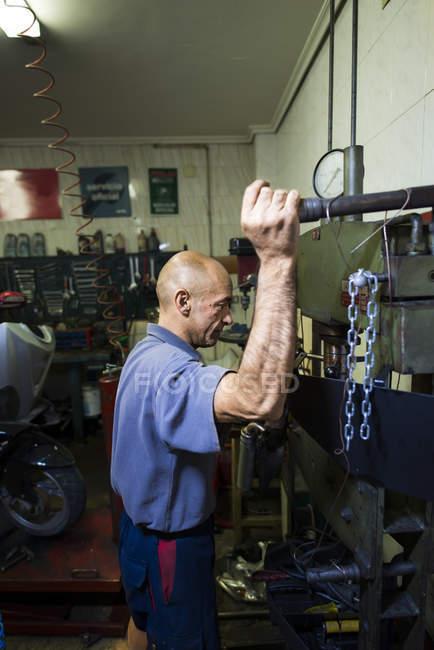 Confident mechanic working in workshop — Stock Photo