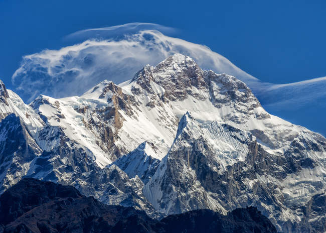 Nepal, Annapurna, montagna di Manasulu con neve sotto le nuvole — Foto stock
