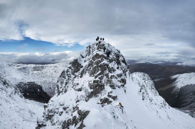 Scotland, Glencoe, Beinn a'Bheithir,  mountaineers  in winter — Stock Photo