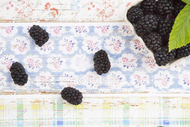 Frische Brombeeren auf schäbig gemusterter Oberfläche — Stockfoto