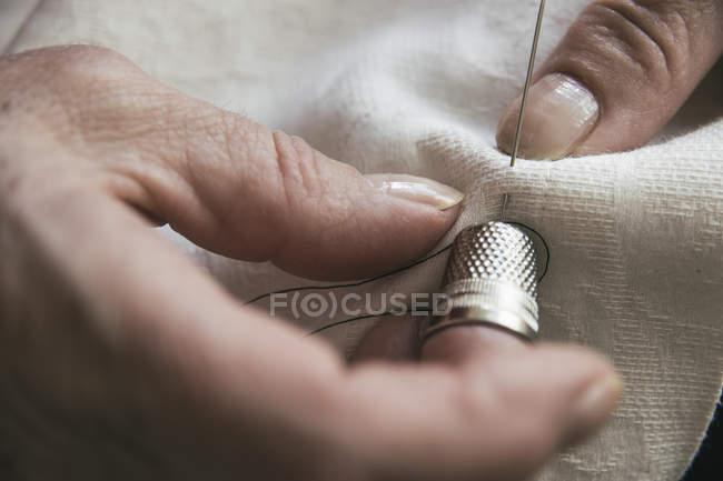Жінка з наперсток швейні — стокове фото