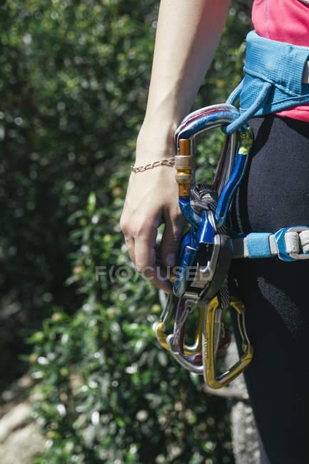 Альпинистское снаряжение в упряжке альпинистки — стоковое фото