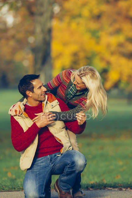 Happy couple in autumnal park — Stock Photo