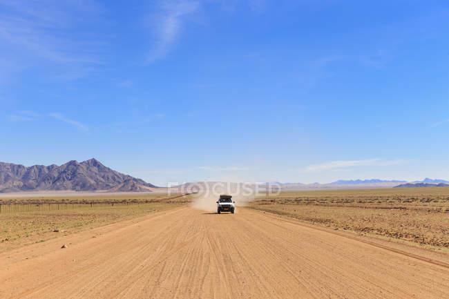 Namibie, véhicule de fond sur route de gravier 707 — Photo de stock