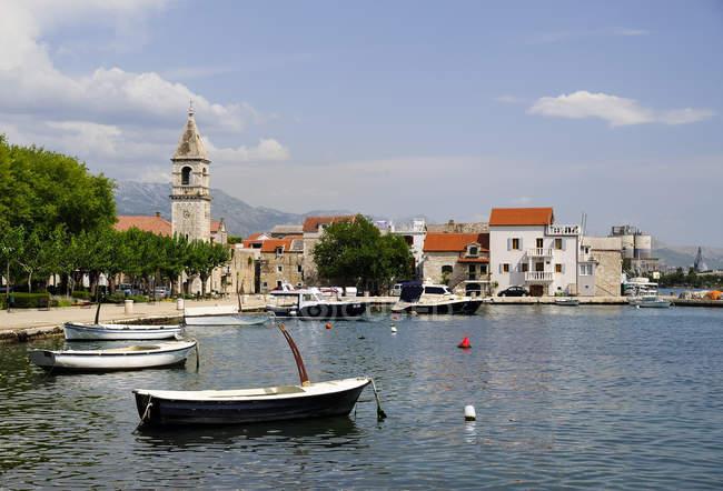Croatia, Kastela, Kastel Sucurac, harbor and chapel — Stock Photo