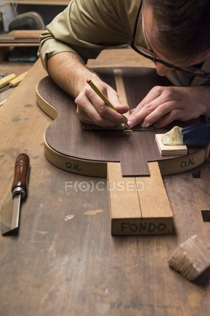 Geigenbauer fertigt in seiner Werkstatt eine spanische Gitarre — Stockfoto