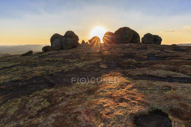 Африка, Зимбабве, Национальный парк Матобо, Скала с могилой Сесила Роудса на закате — стоковое фото