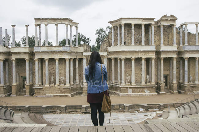 Іспанії, Меріда, задній вид на жінку, що стоїть перед римський театр — стокове фото