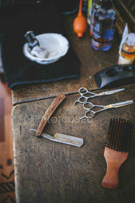 Utensilios en una peluquería sobre una superficie de madera - foto de stock