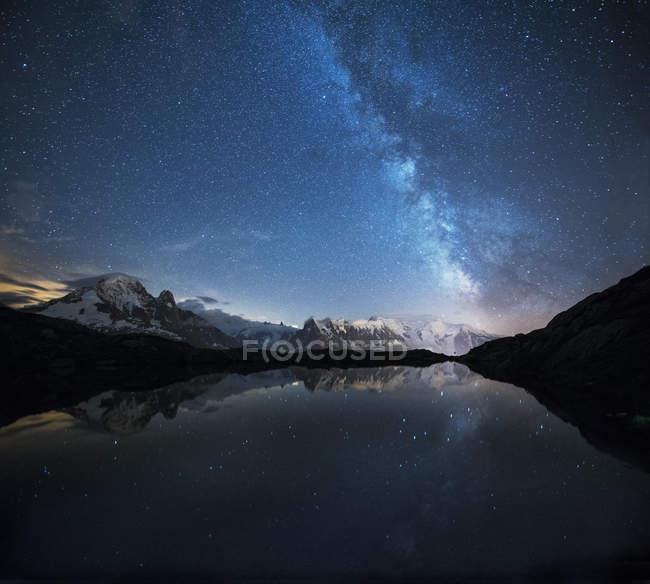 Francia, Monte Bianco, Lago di Cheserys, Via Lattea e Monte Bianco si riflettono nel lago di notte — Foto stock