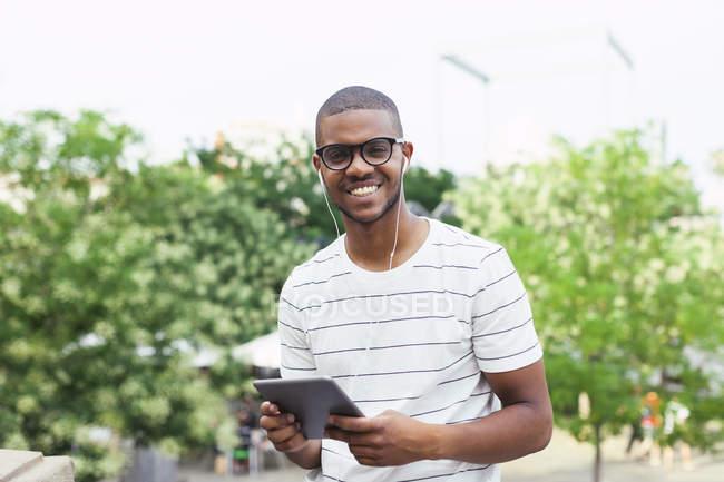 Studente in piedi con la compressa digitale — Foto stock