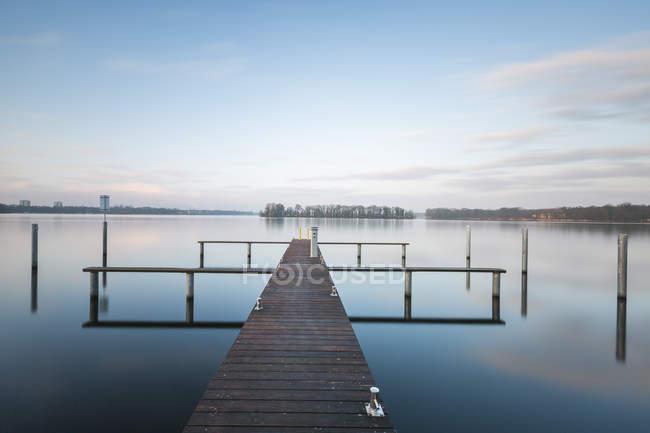 Germania, Berlino, Lago Tegel, molo al mattino — Foto stock