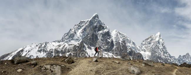 Nepal, himalaya, solo khumbu, ama dablam, mann trekking — Stockfoto