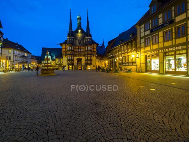 Allemagne, Saxe-Anhalt, Wernigerode, mairie et place du marché le soir — Photo de stock