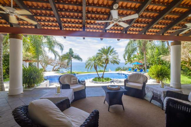 Varanda com vista para a piscina e para o mar — Fotografia de Stock