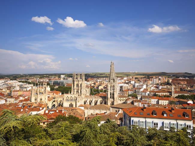 Espanha, Castela e Leão, Burgos, Cityscape com vista para a Catedral em dia ensolarado — Fotografia de Stock