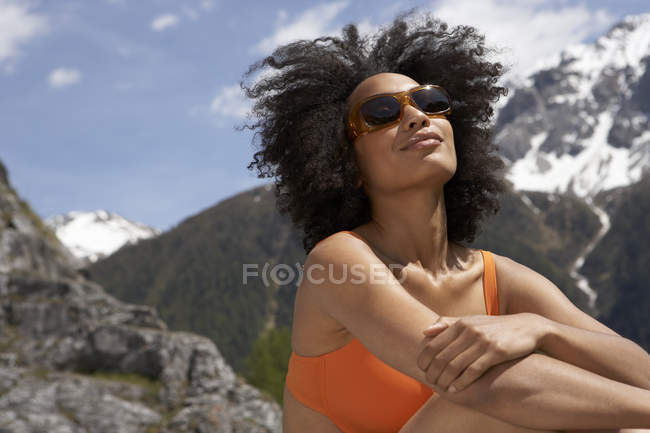 Mulher feliz para banhos de sol, com óculos de sol — Fotografia de Stock