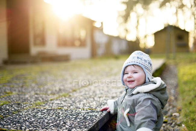 Retrato de menina sorridente ao ar livre — Fotografia de Stock