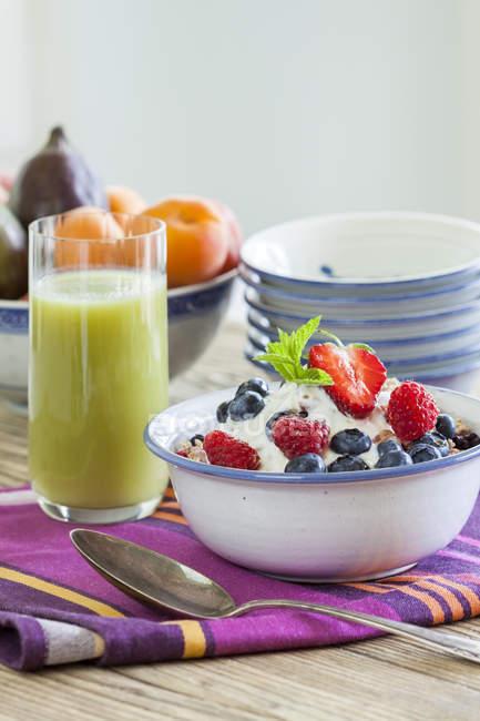 Сніданок, мюслі свіжі фрукти і зелений льстец — стокове фото
