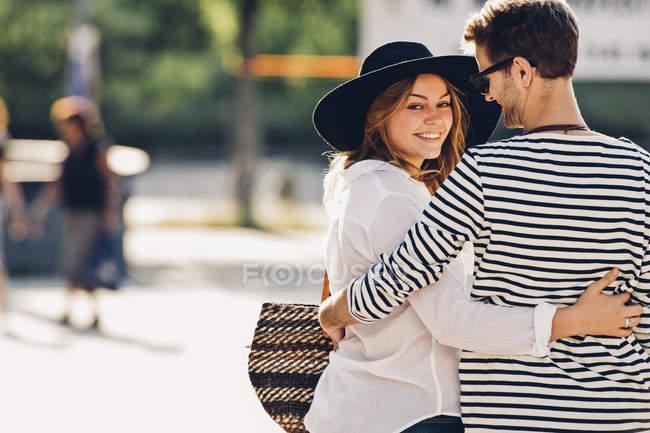 Verliebtes Paar umarmt sich auf der Straße — Stockfoto