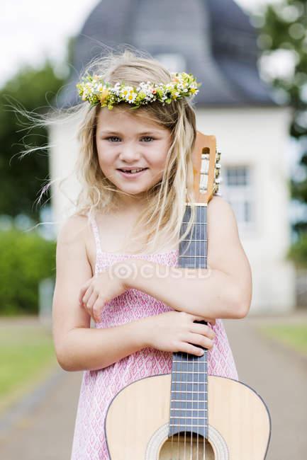 Дівчина з гітарою, носіння квітковий вінок — стокове фото