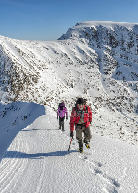 Coppia di alpinisti camminare a Carn Mor Dearg, Ben Nevis, Scozia, Regno Unito — Foto stock