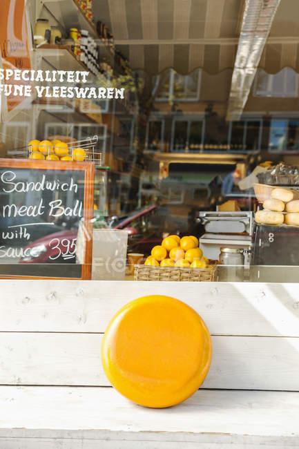Niederlande, amsterdam, deli, gouda-käsekopf vor shop — Stockfoto