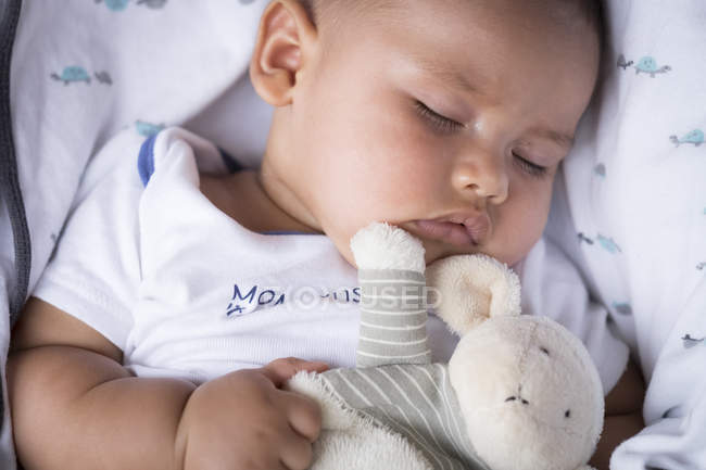Портрет спящей мальчика с мягкой игрушкой — стоковое фото