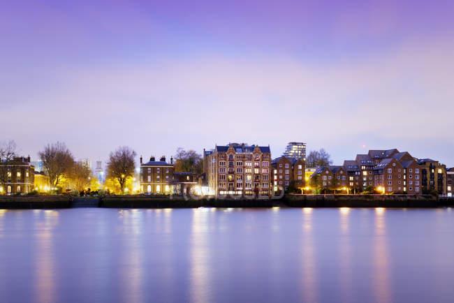 Maisons à River Thames à l'heure bleue, Londres, Royaume-Uni — Photo de stock