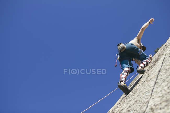 Niedrige Engelssicht des Menschen, der ohne Hände klettert — Stockfoto