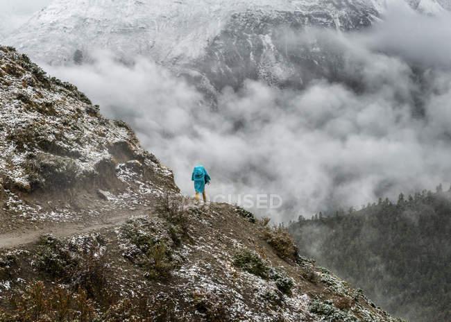 Nepal, Annapurna Trek, Yak Kharka, hiker Trekking on hiking path — Stock Photo