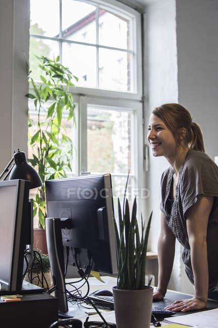 Lächelnde junge Frau im Amt — Stockfoto