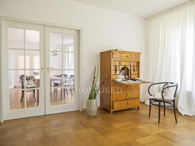 Секретар в сучасній квартирі в приміщенні — стокове фото
