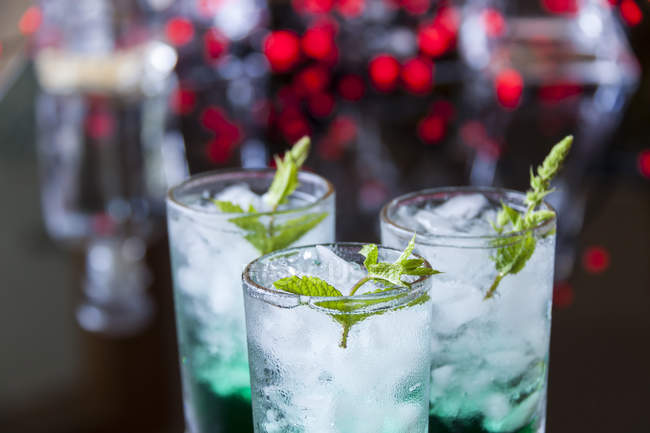 Cocktail with mint liqueur in glasses — Stock Photo