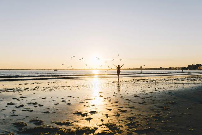 France, Pornichet, silhouette de coureuse sur la plage au coucher du soleil — Photo de stock