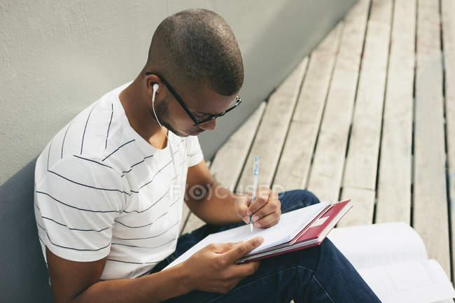Studente iscritto nel notebook — Foto stock