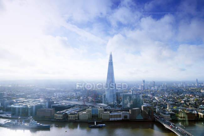 Великобритания, Лондон, городской пейзаж с рекой Темза и осколком — стоковое фото