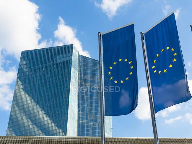 Deutschland, Frankfurt, EU-Flaggen bei der Europäischen Zentralbank — Stockfoto