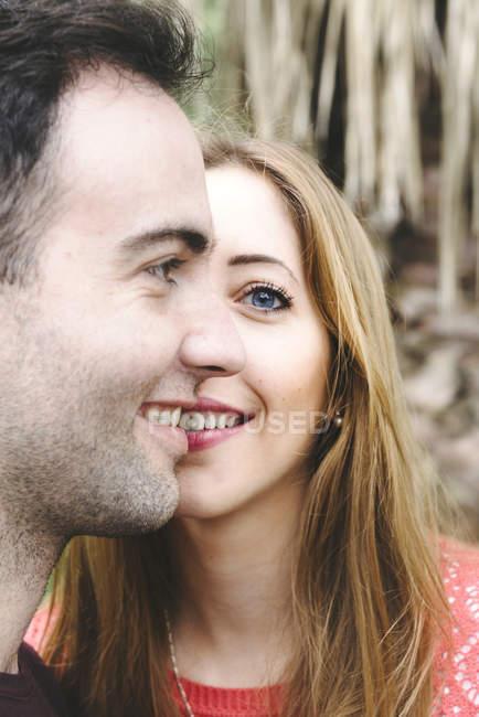 Портрет пары, строящей вместе одно лицо — стоковое фото