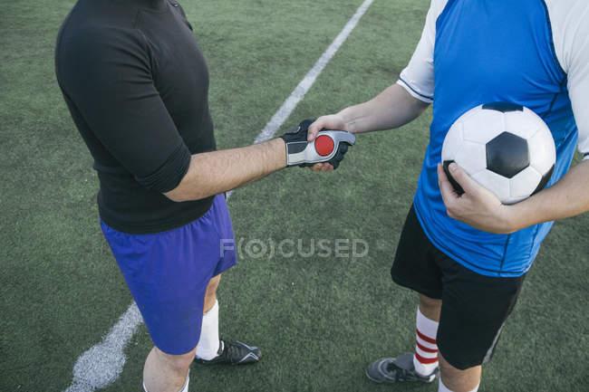Два футболісти рукостискань — стокове фото