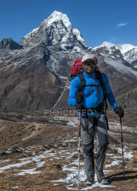 Nepal, Himalaia, Solo Khumbu, montanhista em Ama Dablam — Fotografia de Stock