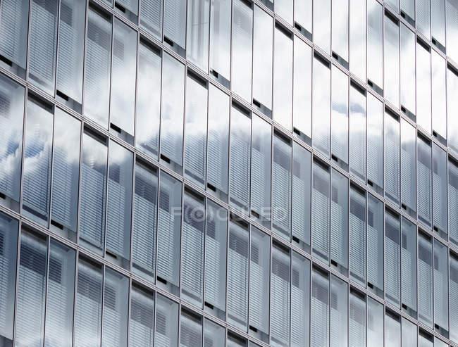 Germania, Amburgo, moderno edificio per uffici, persiane alle finestre — Foto stock