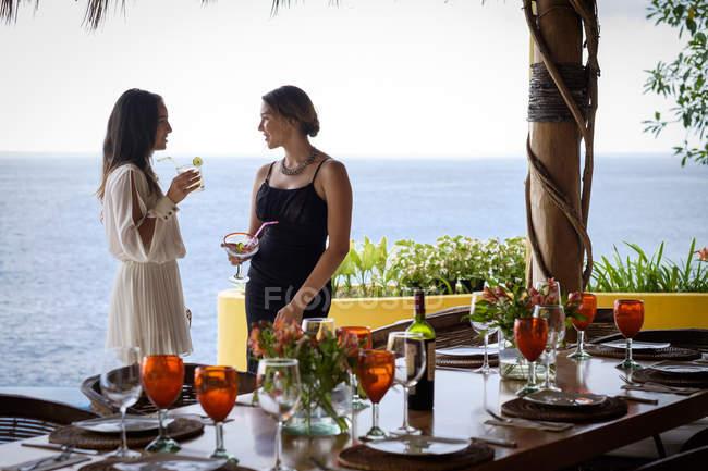 Adolescente et jeune femme parlant sur la terrasse au bord de la mer — Photo de stock