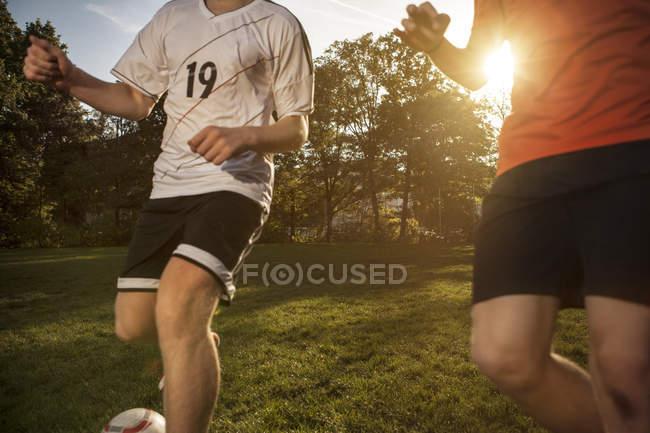 Zwei Fußballer auf dem Fußballplatz — Stockfoto