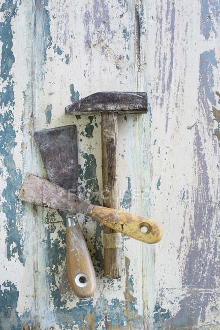 Hammer and spatulas on painted wood — Stock Photo