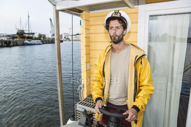 Kapitän mit Zigarre Lenkung Hausboot — Stockfoto