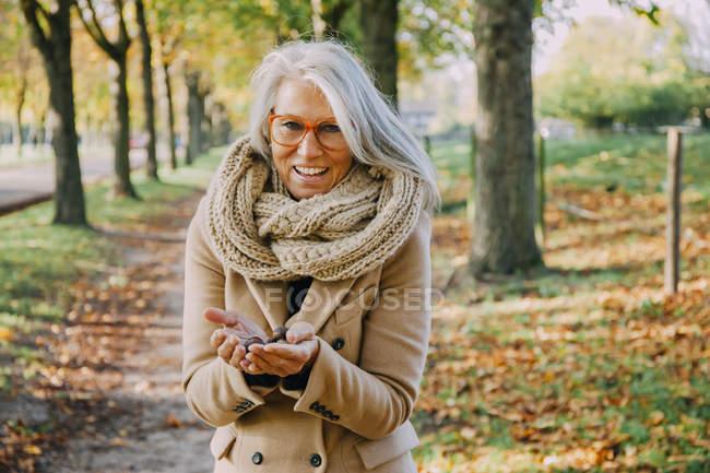 Портрет жінки носять шарф, тримаючись за щось її жмені — стокове фото